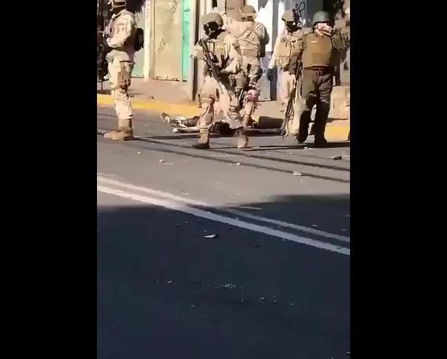 Militares y Carabineros arrastran a herido y disparan de cerca amanifestante