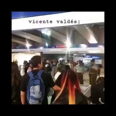 Carabineros golpean a joven dentro del vagón del metro deSantiago
