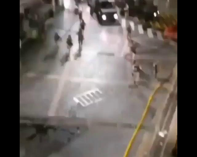 Militares arrastran y golpean amanifestante