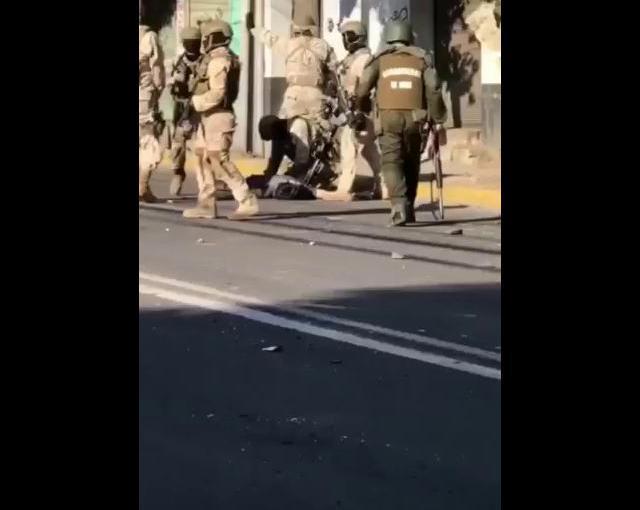 Militares cargan cuerpo de persona presuntamenteasesinada