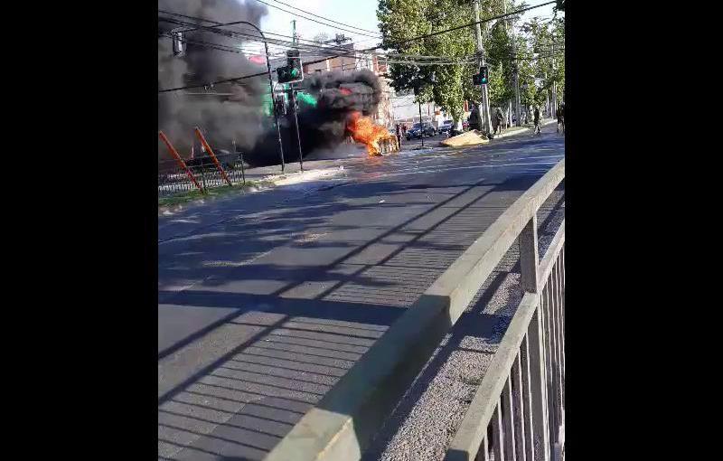 Carabineros encienden barricada en la víapública