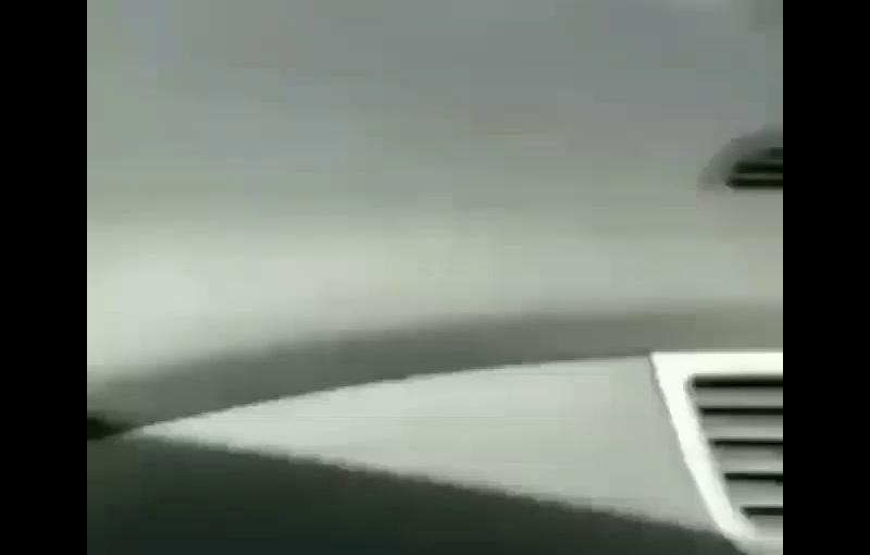 Policías de civil guardan neumáticos en unacamioneta